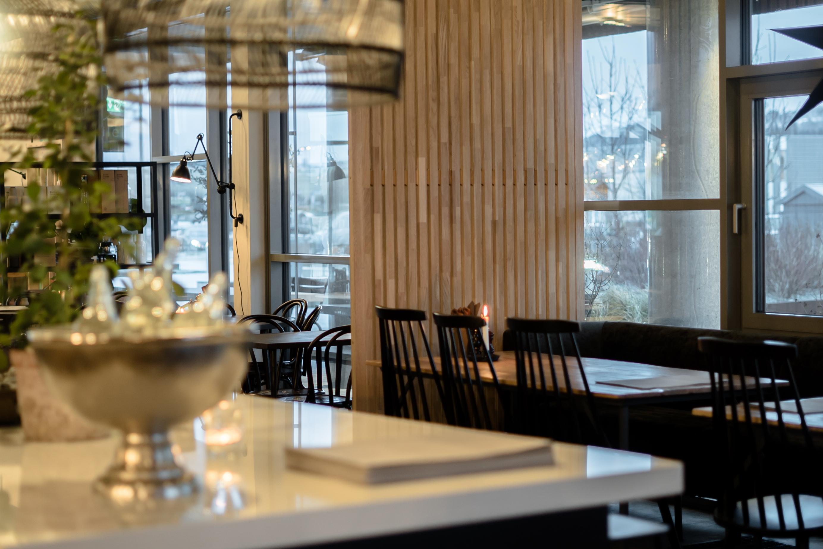 Calm frittstående spilevegg ferdig montert hos restaurant Famille i Levanger
